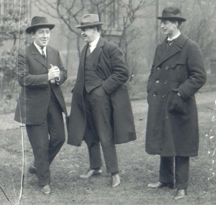 Collins (centre) alongside Harry Boland (left) and de Valera (right).