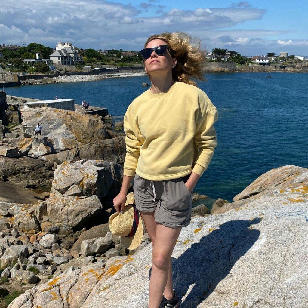 Elizabeth Banks visiting Ireland's top tourist attractions.